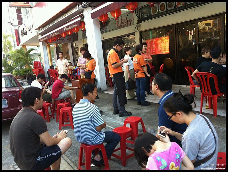 Restoran 8 Road (新世界8路海鲜) @ Bandar Puchong Jaya : It is normal to see a queue forming outside the shop especially during dinner time.