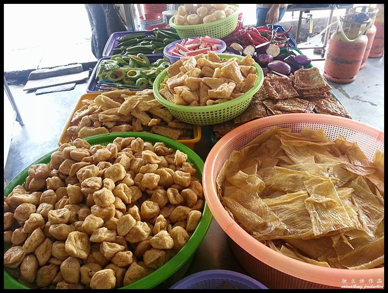 What set this famous Puchong Yong Tau Fu apart from others is each of the yong tau fu items are made on the spot