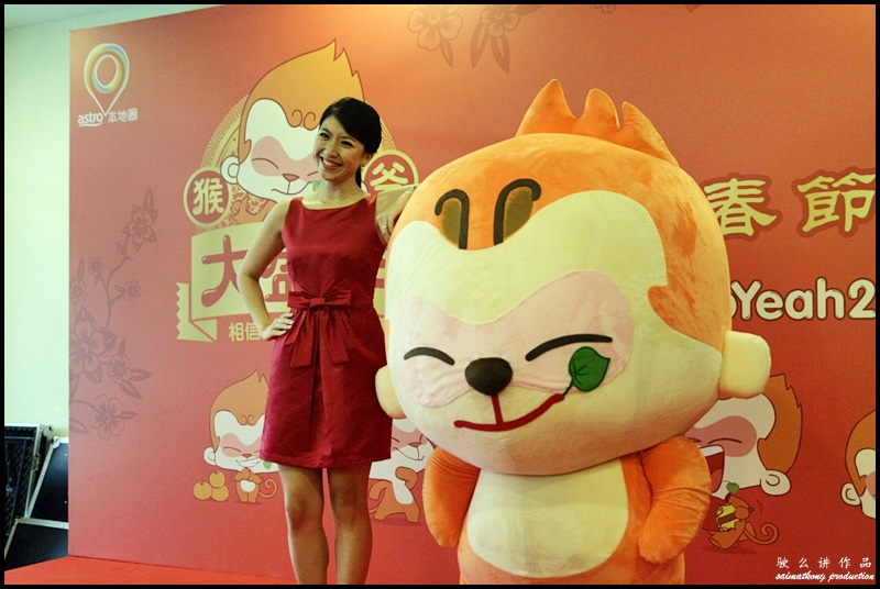 "The host, Siow Hui Mei (""一姐"" 萧慧敏) with MY Astro CNY mascot, 'Ho Yeah'."