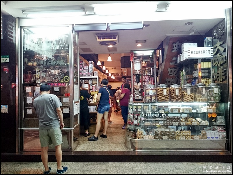 蜂大咖啡 Fong Da Coffee : They have a snack counter in front of the shop selling a variety of biscuits, snacks and cookies. My favorite includes the walnut cookie (hup tou sou), almond cake and nougat  We always ordered a few of the biscuits to go with our coffee.