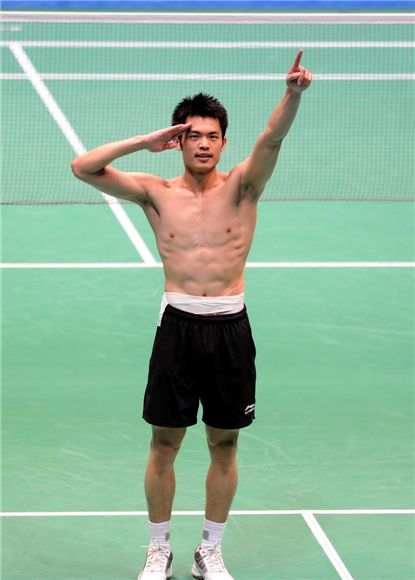 林丹 Lin Dan naked body six packs - Lin Dan salute to his fans in Guangzhou.
