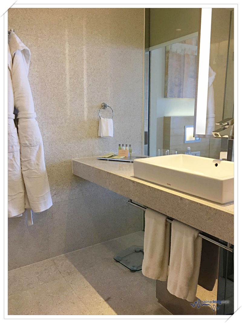 """Hotel Review Doubletree by Hilton Hotel Kuala Lumpur - Open-concept or I call it """"peek-a-boo"""" bathroom."""