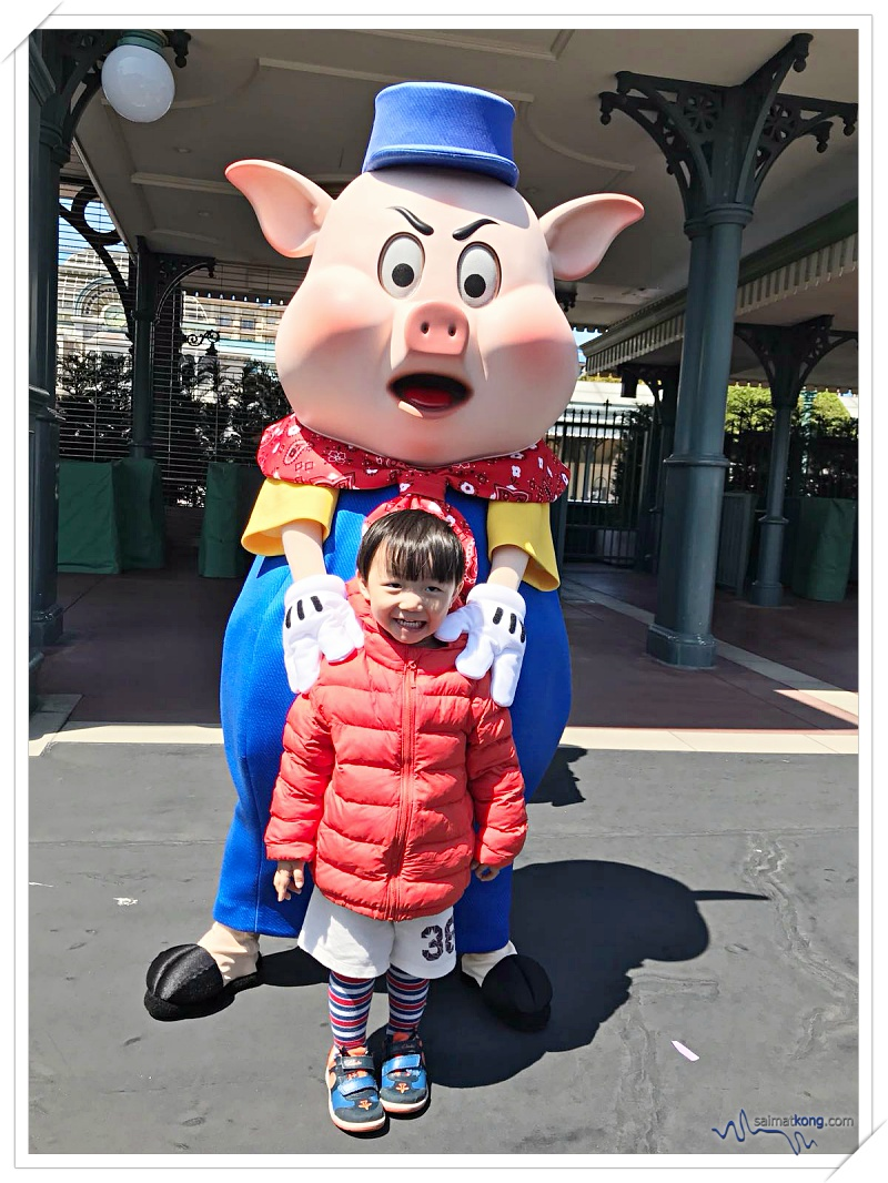 Tokyo Disneyland 2018 - Aiden got a little shy when it's his turn to take photo with the piggy mascot.