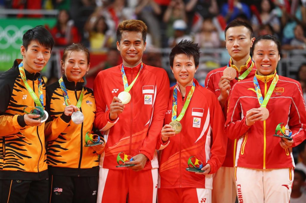 Medal - NATSIR Liliyana, AHMAD Tontowi, ZHANG Nan, ZHAO Yunlei, CHAN Peng Soon, GOH Liu Ying - Badminton - China, Indonesia, Malaysia - Mixed Doubles - Mixed Doubles Gold Medal Match - Riocentro - Pavilion 4