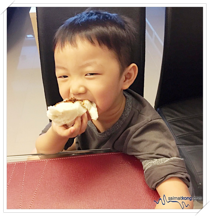 Both my kids loved their Sang Yuk Pau and Char Siew Pau. The pau is very soft and fluffy with generous filling.